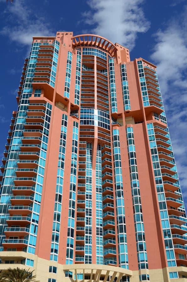 Baía de Biscayne luxuosa da torre do condomínio e o Oceano Atlântico imagens de stock royalty free