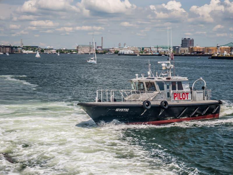 Baía de Boston - um navio piloto perto de um navio grande imagens de stock