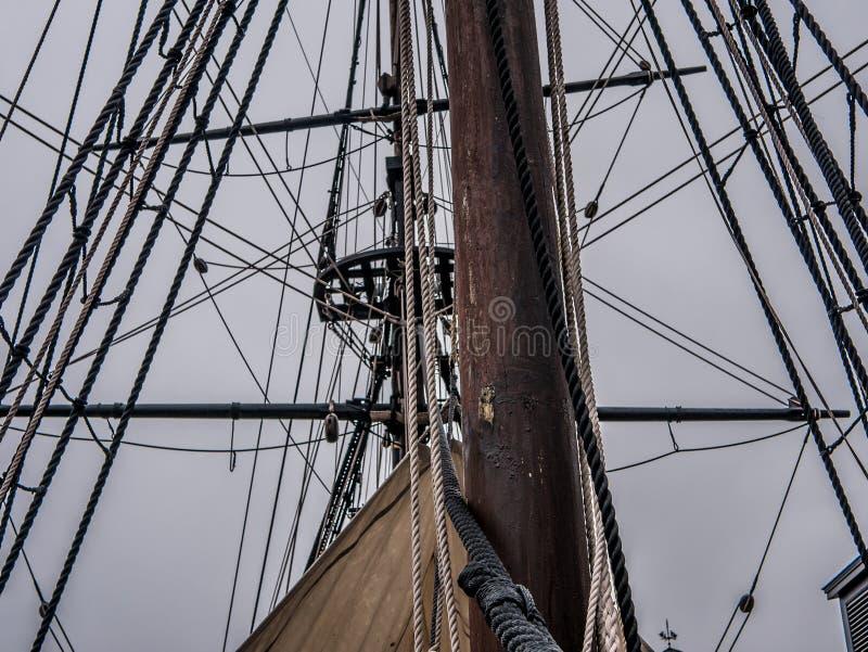 Baía de Boston um a peça do navio com cordas e mastro imagens de stock