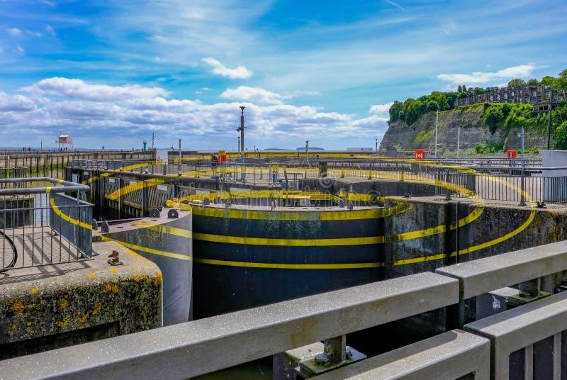 Baía de Cardiff, Gales - 21 de maio de 2017: Arte finala da barragem, círculo três imagem de stock royalty free