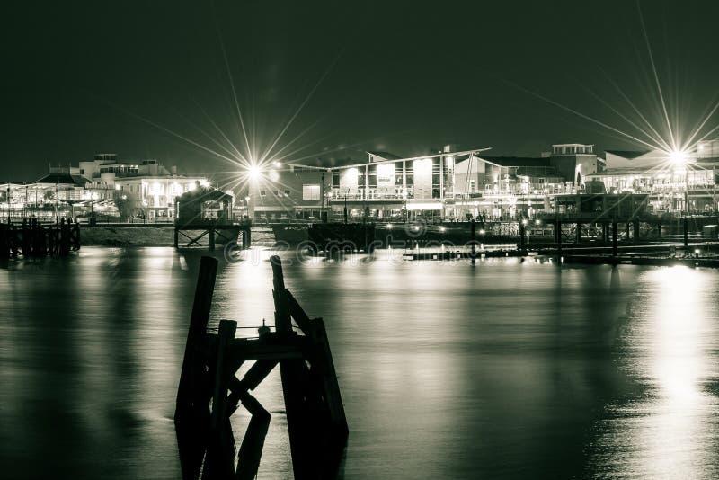 Baía de Cardiff na noite C imagens de stock
