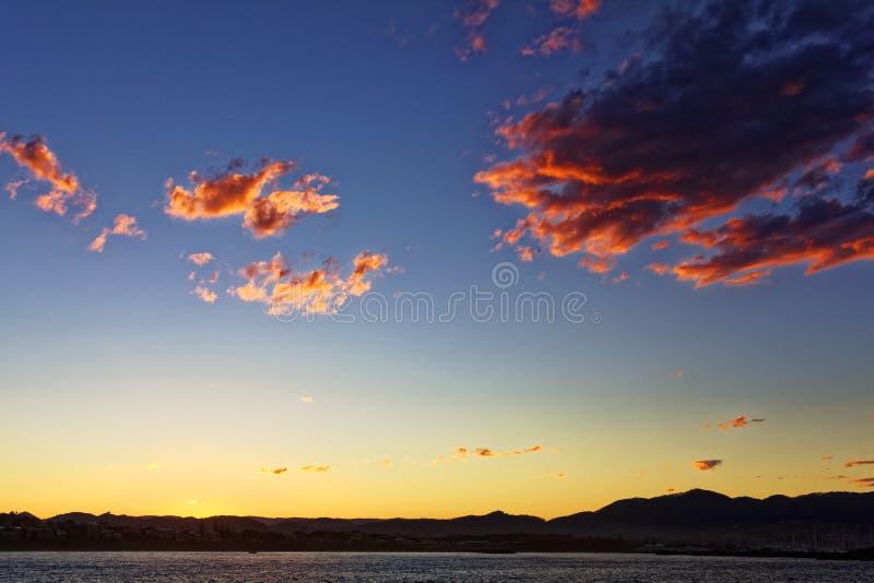 Baía de Coffs Harbour pelo céu colorido do por do sol fotos de stock