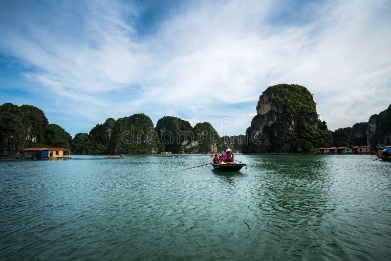 Baía de Halong em Vietname, local do patrimônio mundial do UNESCO, com os barcos de enfileiramento do turista imagens de stock royalty free