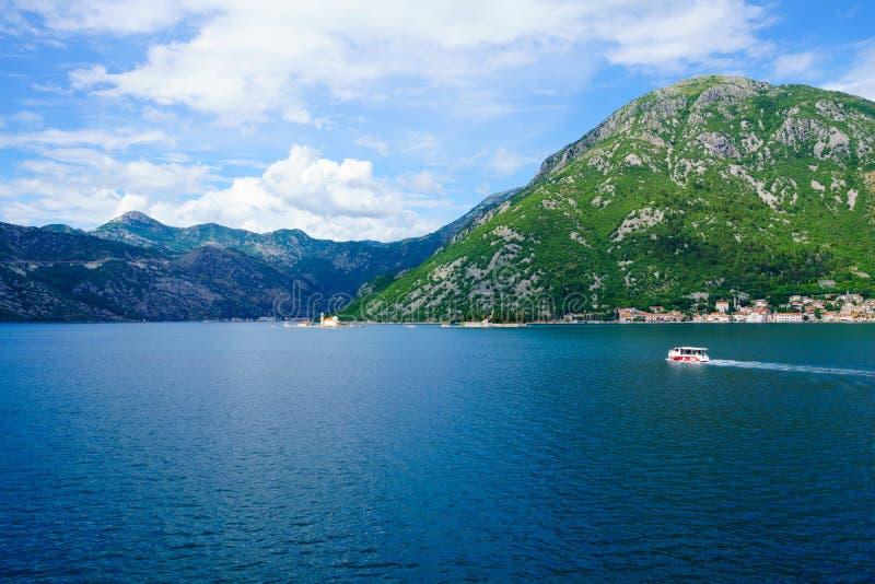 Baía de Kotor, com as ilhas imagens de stock