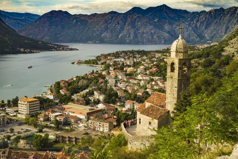 Baía de Kotor em Montenegro com torre de igreja e montanhas no fundo imagem de stock