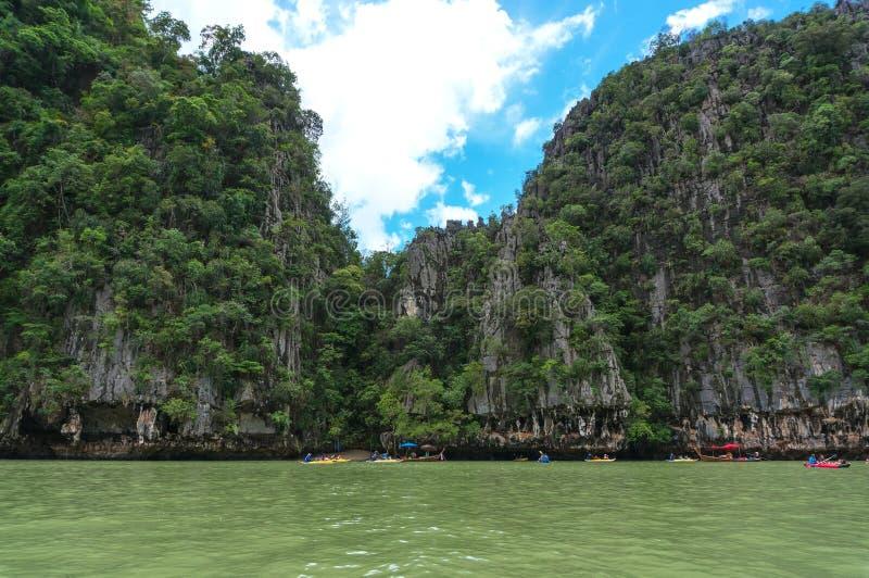 A baía de Phang Nga encontra-se entre o continente do ` s de Tailândia e a ilha do sul de Phuket fotos de stock