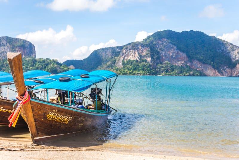 BAÍA DE PHANG NGA, TAILÂNDIA 10 DE JANEIRO DE 2018: Barco da cauda longa, tradit imagens de stock royalty free