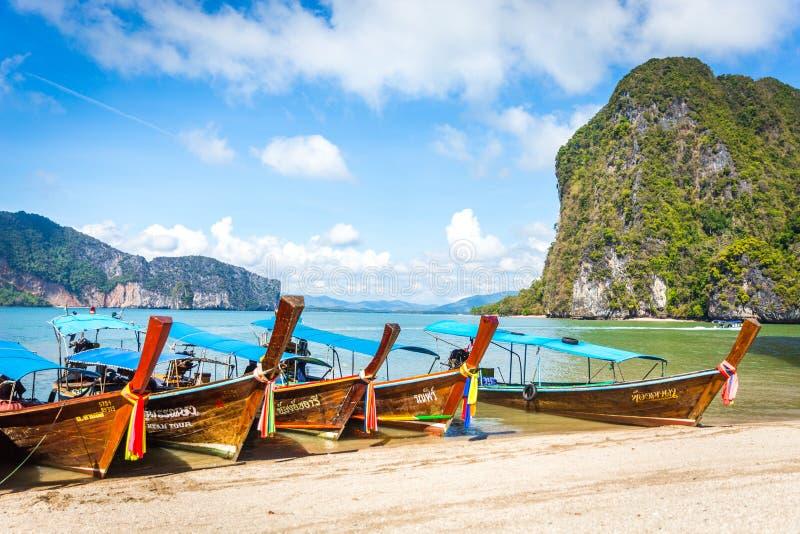BAÍA DE PHANG NGA, TAILÂNDIA 10 DE JANEIRO DE 2018: Barco da cauda longa, tradit imagens de stock