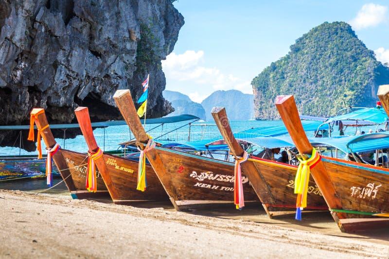 BAÍA DE PHANG NGA, TAILÂNDIA 10 DE JANEIRO DE 2018: Barco da cauda longa, tradit foto de stock