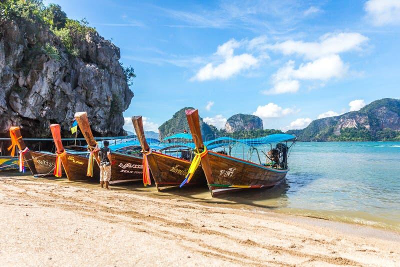 BAÍA DE PHANG NGA, TAILÂNDIA 10 DE JANEIRO DE 2018: Barco da cauda longa, tradit fotografia de stock