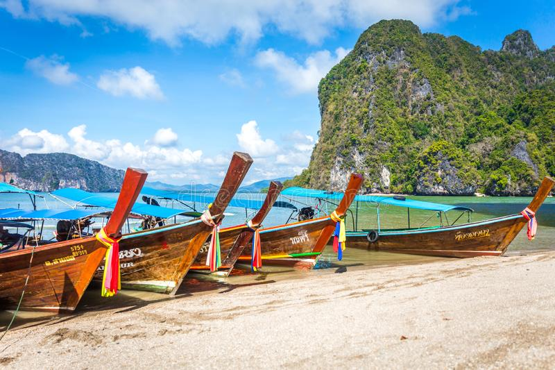 BAÍA DE PHANG NGA, TAILÂNDIA 10 DE JANEIRO DE 2018: Barco da cauda longa, tradit fotos de stock