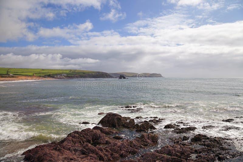 Baía de Thurlestone, Devon, Inglaterra imagens de stock