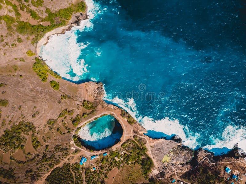 Baía do Manta na ilha de Nusa Penida Opinião aérea do zangão com custo e o oceano azul imagens de stock royalty free