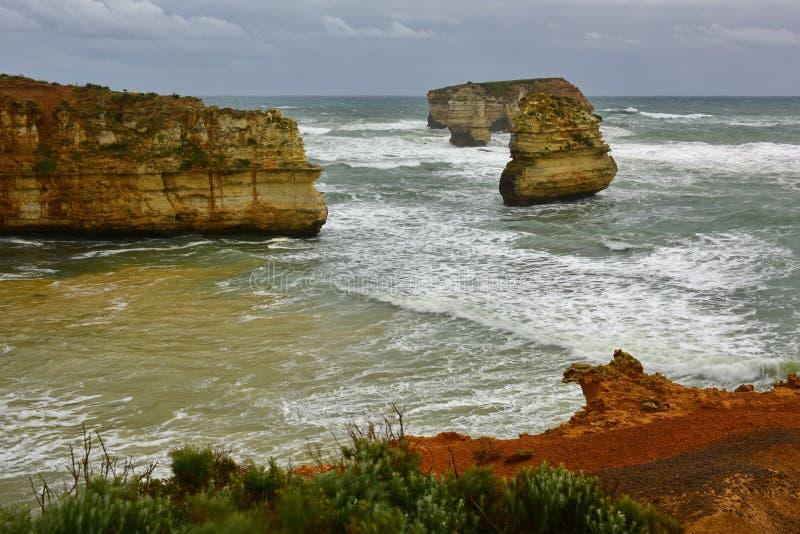 A baía do parque litoral das ilhas caracteriza formações dos penhascos e de pilha da pedra calcária em Victoria foto de stock royalty free