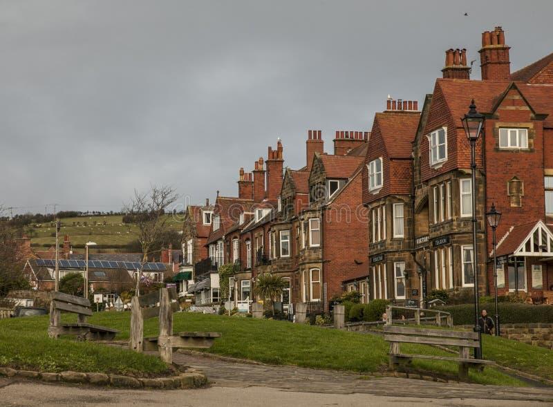 Baía do ` s de Robin Hood - as casas da vila e do tijolo vermelho foto de stock royalty free