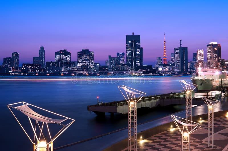 Baía do Tóquio com a torre do Tóquio no por do sol fotos de stock royalty free
