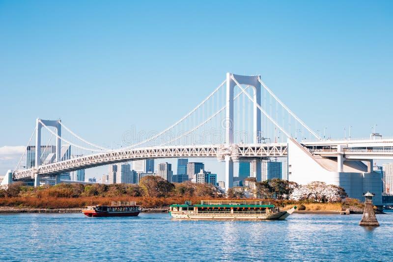 Baía do Tóquio e ponte do arco-íris de Odaiba em Japão imagem de stock royalty free