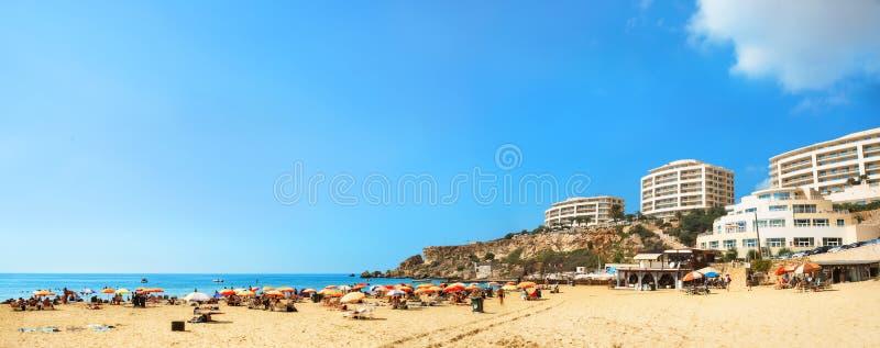 Baía dourada da praia famosa em Malta foto de stock
