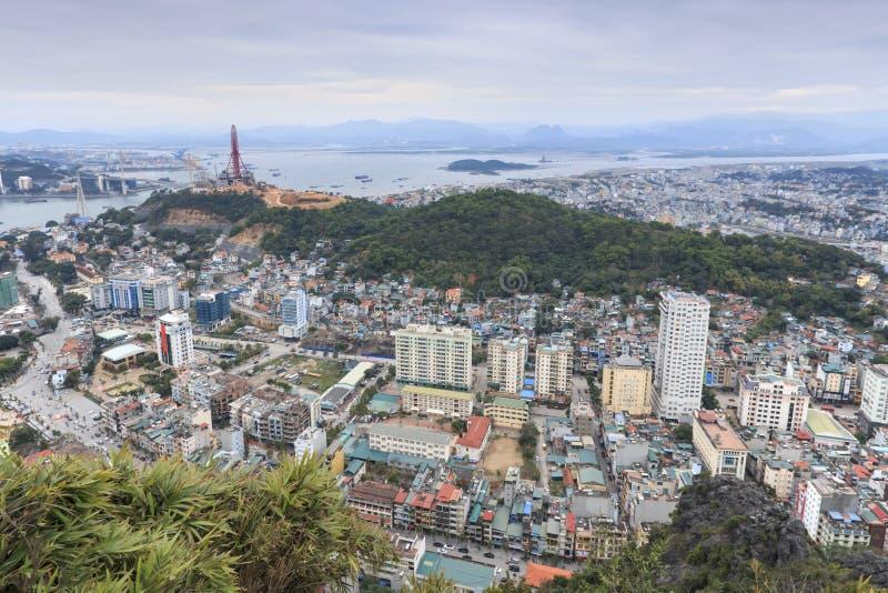 Baía e cidade de Halong como visto da parte superior de Bai Tho Mountain foto de stock royalty free
