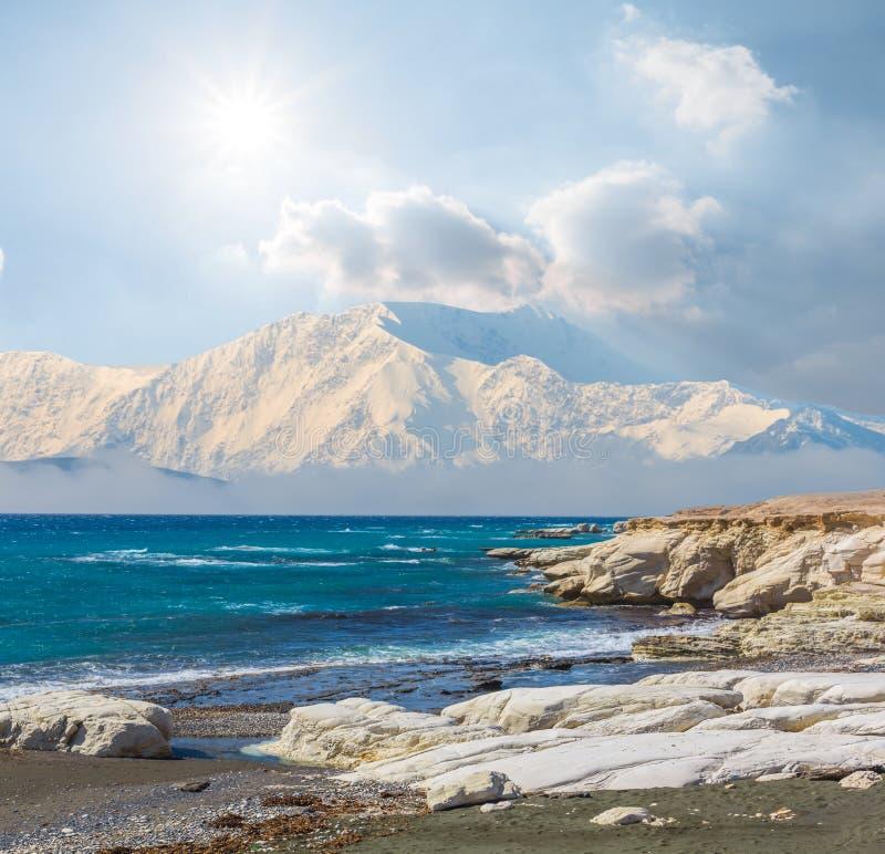 Baía esmeralda do mar e montanha bloqueado pela neve fotos de stock royalty free