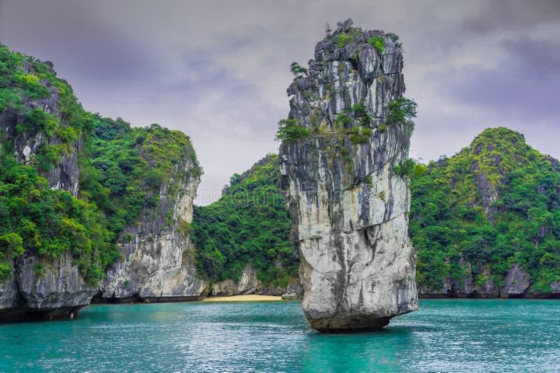 Baía longa do Ha, relance 1 de Vietname foto de stock