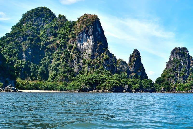Baía longa do Ha, Vietname - 10 de junho de 2019: Pouco praia vazia na baía longa do Ha, Vietname atrações turísticas muito popul fotos de stock royalty free