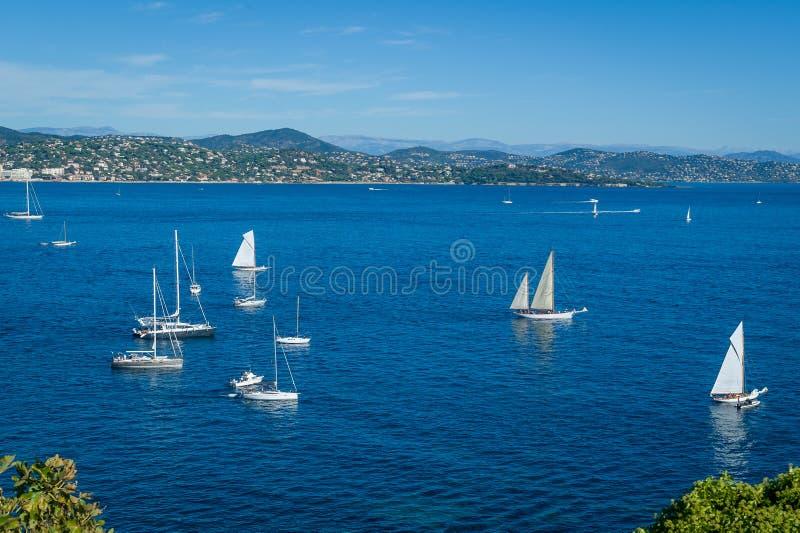 Baía mediterrânea com os iate da navigação na âncora Golfo de Saint Tropez foto de stock