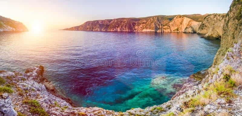 Baía mediterrânea no por do sol em Assos, Kefalonia, Grécia fotografia de stock royalty free