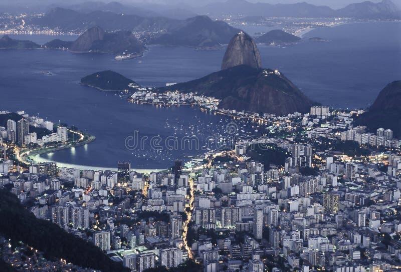 Baía na noite, Rio de J de Sugar Loaf (Pão de Açucar) e de Botafogo fotografia de stock