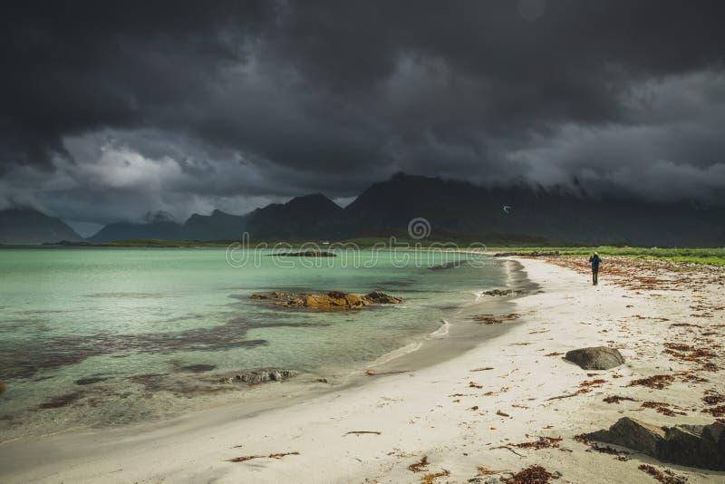 Baía perto de Fredvang, ilha de Sandbotnen de Lofoten, Noruega fotografia de stock royalty free