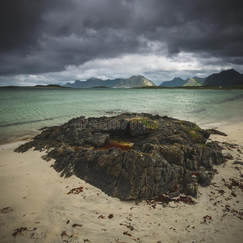 Baía perto de Fredvang, ilha de Sandbotnen de Lofoten, Noruega fotos de stock royalty free