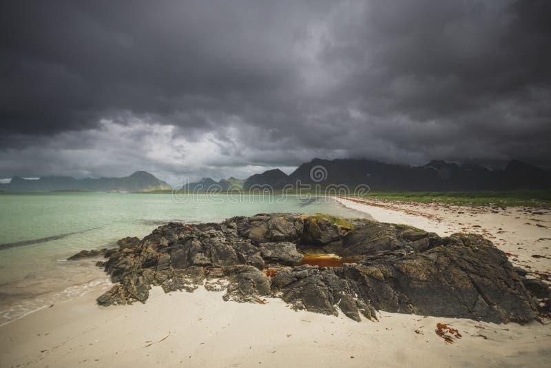 Baía perto de Fredvang, ilha de Sandbotnen de Lofoten, Noruega foto de stock royalty free