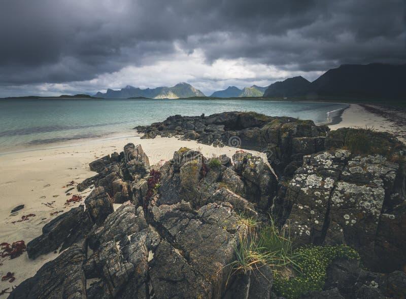 Baía perto de Fredvang, ilha de Sandbotnen de Lofoten, Noruega imagem de stock royalty free