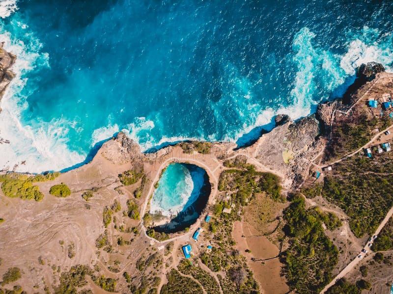 Baía quebrada na ilha de Nusa Penida Opinião aérea do zangão com custo e oceano foto de stock royalty free