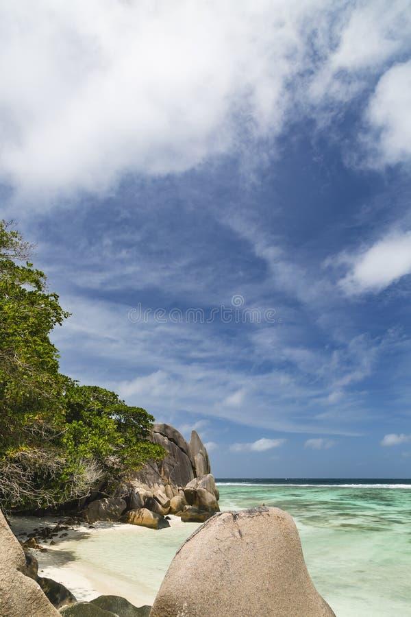 Baía romântica pequena, La Digue, Seychelles fotos de stock