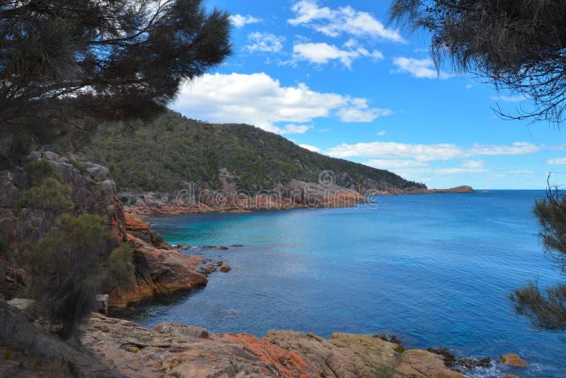 Baía sonolento de Freycinet - praia perfeita imagem de stock