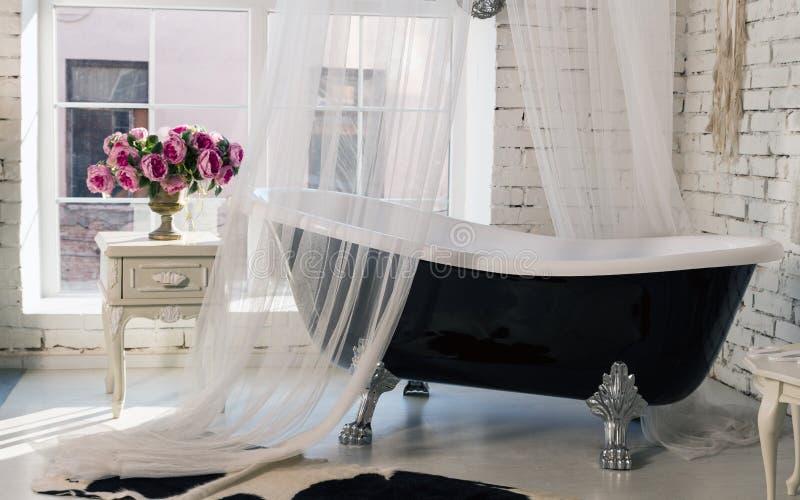 Bañera negra del vintage clásico en sitio del estilo del desván fotos de archivo