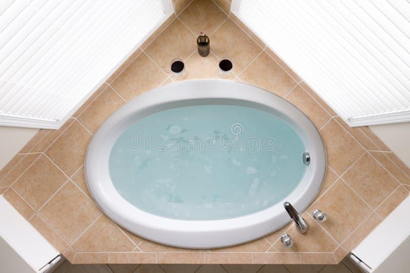 Bañera oval de la esquina elegante en un anillo de la teja imágenes de archivo libres de regalías