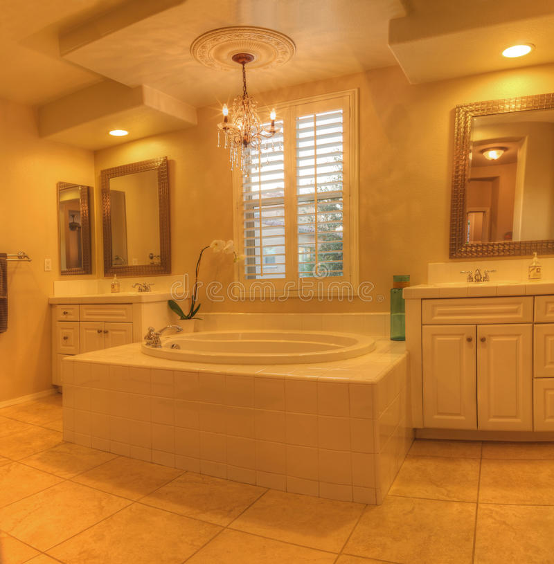 Bañera oval del balneario de la tina caliente en un cuarto de baño de mármol fotos de archivo