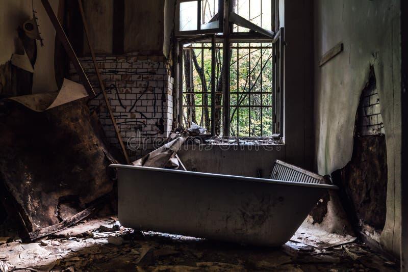 Bañera vieja en cerrado abajo de la institución mental en Suecia fotos de archivo