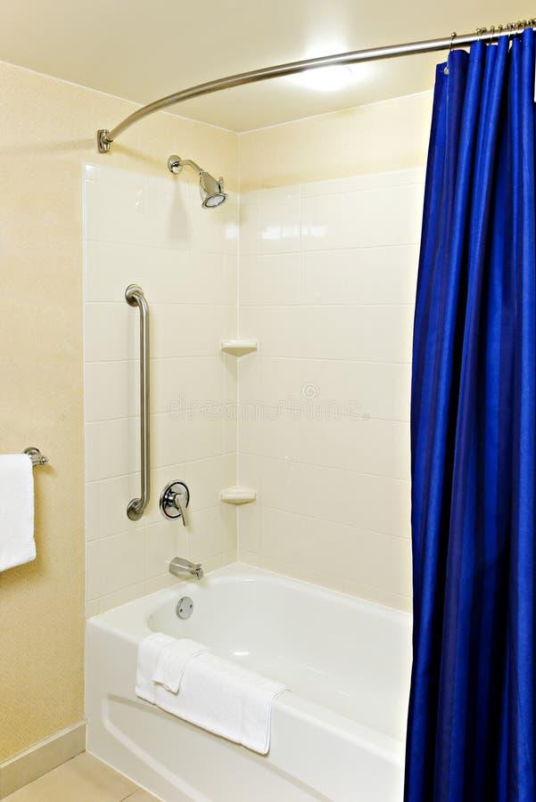 Bañera y ducha accesibles imagen de archivo libre de regalías
