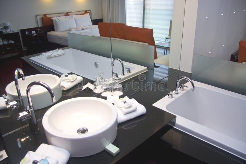 Bañera y fregadero blancos en hotel del balneario imagenes de archivo