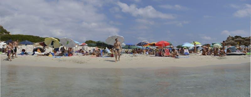 Bañistas en el mar en el paraíso del verano en la isla magnífica de Cerdeña fotos de archivo