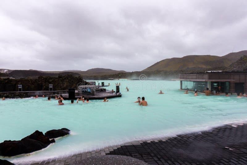 Bañistas en la laguna azul, Islandia fotografía de archivo libre de regalías