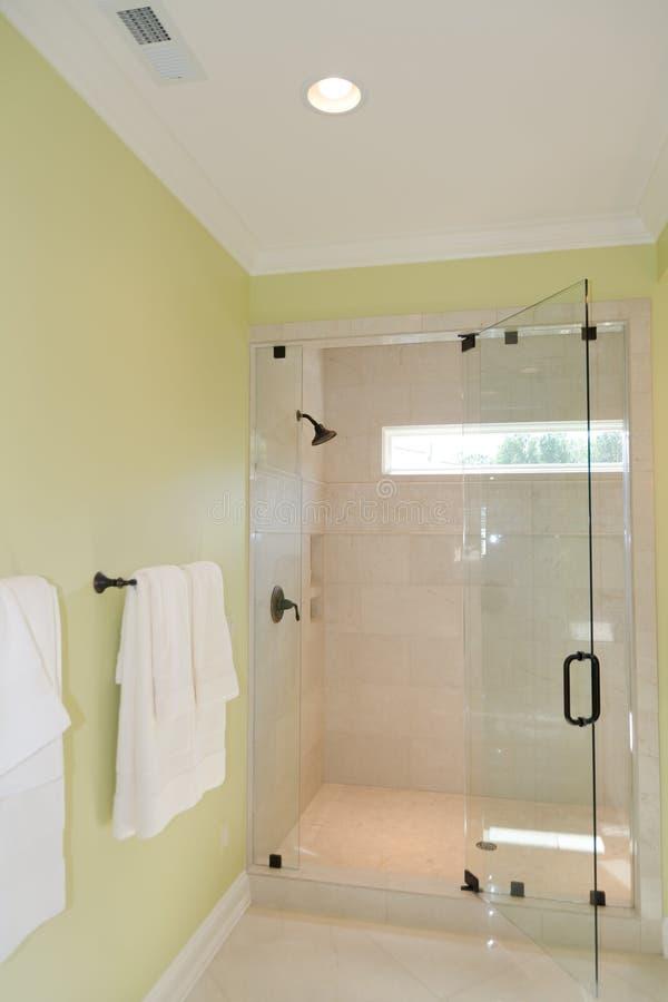 Baño con la ducha de cristal imagen de archivo