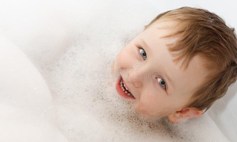 Baño de burbujas - lavado del muchacho foto de archivo libre de regalías