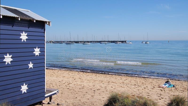 Baño de la casa de playa de la caja a finales del sol de la tarde fotos de archivo libres de regalías