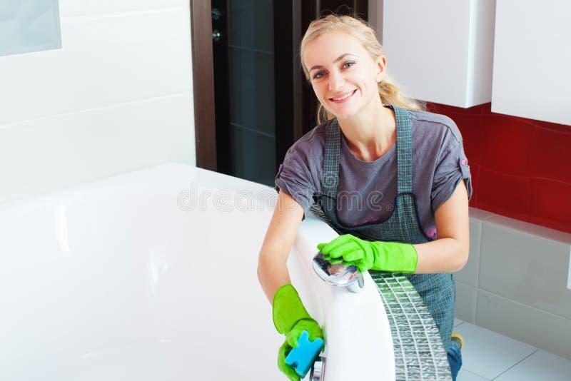 Baño de la limpieza de la mujer joven fotos de archivo