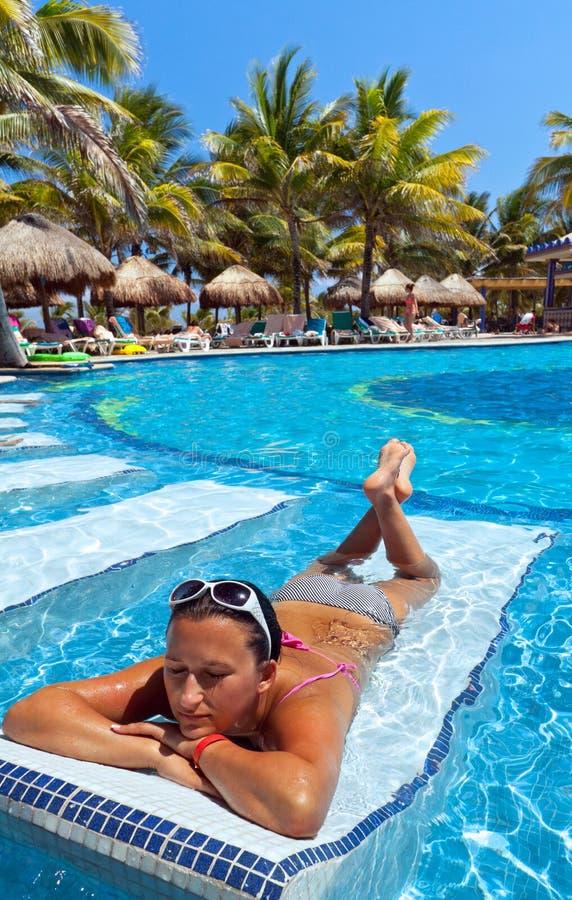 Baño de Sun en la piscina fotografía de archivo