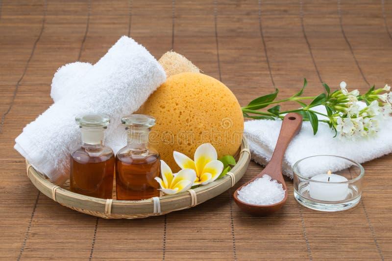 Baño del balneario, cuchara de la sal, aceite esencial y flujo de la esponja de la toalla de la vela fotografía de archivo